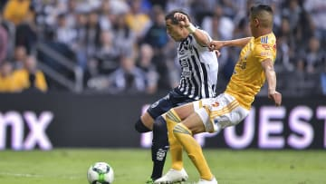 El jugador Rogelio Funes Mori ante la marca de un rival de Tigres UANL.