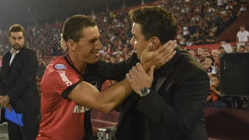 Newell's Old Boys v River Plate - Superliga 2019/20 - Maxi Rodríguez se saluda con Gallardo.