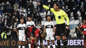 Gols anulados, pênalti duvidoso e impedimento inexistente: relembre cinco vezes em que a arbitragem revoltou rivais brasileiros na atual Libertadores.