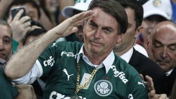 Bolsonaro veste a camisa do Palmeiras, em 2019.