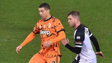 Cristiano Ronaldo protegge palla su Gagliolo