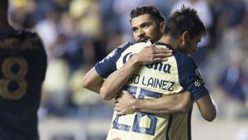 Henry Martín y Mauro Laínez del América se funden en un abrazo tras marcar el segundo gol de la noche.