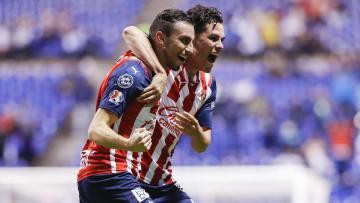 Alejandro Mayorga y Alan Torres festejan el primer gol de Chivas contra Puebla en la Jornada 2.