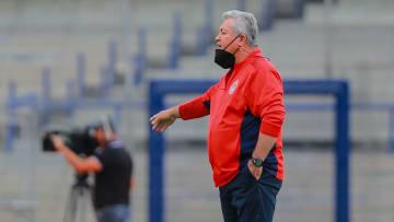 Victor Manuel Vucetich se tambalea en su puesto como entrenador de Chivas