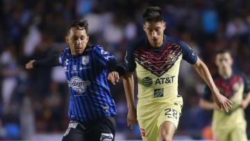 Pablo Gómez tratando de robar el esférico a Mauro Laínez.