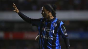 Ronaldinho en un partido de Querétaro.