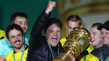 Edin Terzic hält den gewonnen DFB-Pokal in den Händen