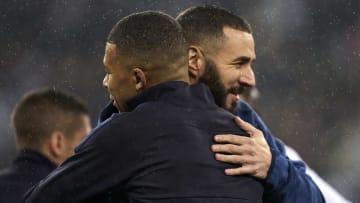 Mbappé y Benzema saludándose en un partido de Champions
