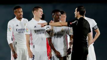 Los jugadores del Real Madrid protestan un penalti pitado por el VAR