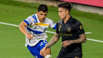 Nick Lima (San José Earthquakes) y el uruguayo Brian Rodríguez (LAFC) compiten por el esférico.