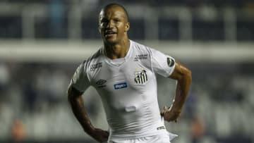 Santos sonda meio-campista Jadson, afastado no Athletico-PR. Veterano aumentaria disputa no setor de Carlos Sánchez.