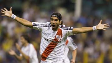El jugador Sebastián Abreu celebra un gol con River Plate.