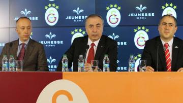 Mustafa Cengiz sponsorluk anlaşmasında konuşuyor.