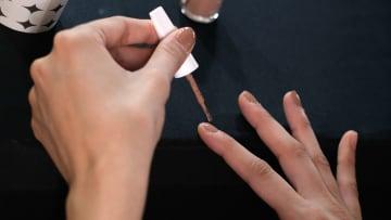 Los esmaltes amargos son una buena opción para dejar de comerse las uñas