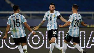 TOPSHOT-FBL-2021-COPA AMERICA-ARG-CHI - Messi, González y Lo Celso festejan.