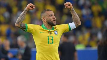 À disposição do mercado desde que deixou o São Paulo, Daniel Alves tem movimentado os clubes do Brasil – e até do exterior.