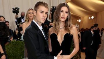 Justin Bieber posó junto a su esposa Hailey Baldwin en la Gala del Met 2021 con un sugerente gesto de posible embarazo