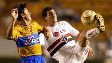Tigres' Mario Ruiz (L) vies for the ball