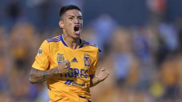 El jugador Raymundo Fulgencio celebra un gol con los Tigres UANL.