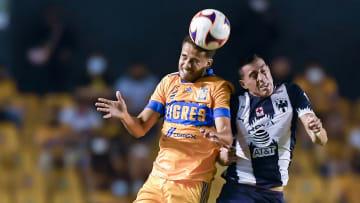Diego Reyes y Rogelio Funes Mori en la pelea de un balón.