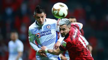 Rubens Sambueza pelea un balón ante Roberto Alvarado.