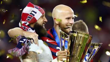 Michael Bradley y Tim Howard, de los Estados Unidos, celebrando el título de la Copa Oro CONCACAF del 2017.