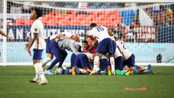 Jugadores de Estados Unidos celebran un gol.