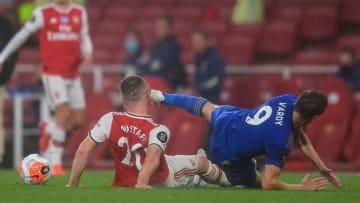 Trung vệ Arsenal Mustafi bị Jamie Vardy đạp thẳng vào mặt