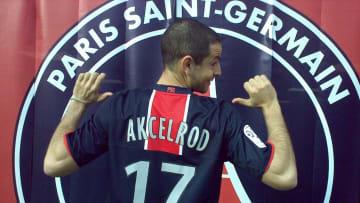 Grégoire Akcelrod et la photo avec le maillot du PSG qui a fait décoller sa carrière.