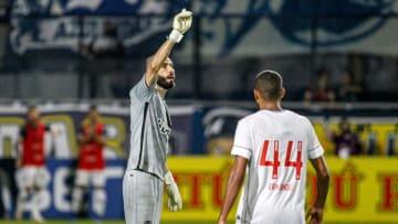 """Goleiro interceptou a bola com a mão fora da área na """"cara dura"""""""