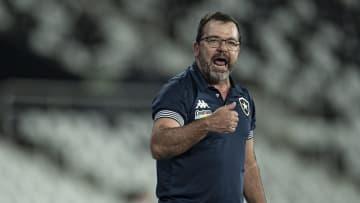 Enderson Moreira discutiu com torcedores presentes no Niltão