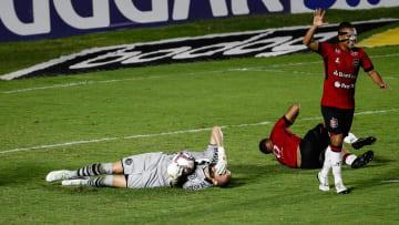 Saída atrapalhada do goleiro terminou com Erison abrindo o placar favorável ao Xavante