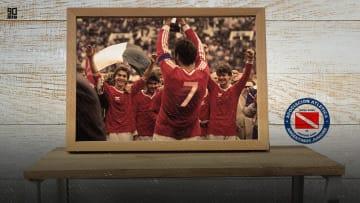 Michel Platini (R) of Juventus is fighti - Argentinos Juniors-Juventus, uno de los mejores partidos de la historia.