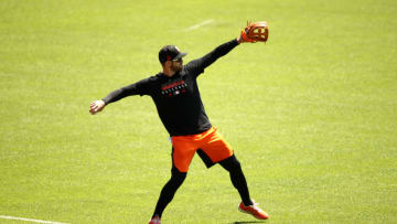 Evan Longoria of the SF Giants plays catch during summer workouts at Oracle Park (Photo by Ezra Shaw/Getty Images)