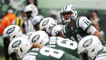 EAST RUTHERFORD, NEW JERSEY - OCTOBER 07: Sam Darnold #14 of the New York Jets calls a play against the Denver Broncos during the first half in the game at MetLife Stadium on October 07, 2018 in East Rutherford, New Jersey. (Photo by Michael Owens/Getty Images)