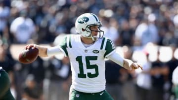 OAKLAND, CA - SEPTEMBER 17: Josh McCown #15 of the New York Jets passes the ball against the Oakland Raiders at Oakland-Alameda County Coliseum on September 17, 2017 in Oakland, California. (Photo by Ezra Shaw/Getty Images)