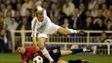 Zinedine Zidane of Real Madrid and Roy Keane of Manchester United