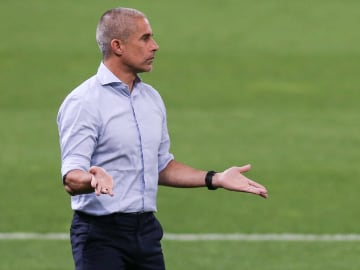 Baixa média de gols, involução tática e péssima campanha como mandante marcam o Corinthians de Sylvinho no Brasileirão