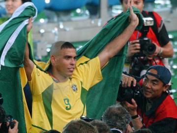 WC2002-GER-BRA-RONALDO AND FLAG