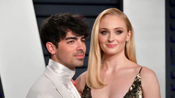 BEVERLY HILLS, CA - FEBRUARY 24:  Joe Jonas (L) and Sophie Turner attend the 2019 Vanity Fair Oscar Party hosted by Radhika Jones at Wallis Annenberg Center for the Performing Arts on February 24, 2019 in Beverly Hills, California.  (Photo by Dia Dipasupil/Getty Images)