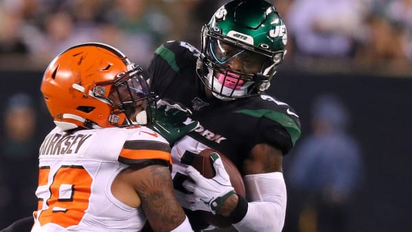 EAST RUTHERFORD, NEW JERSEY - SEPTEMBER 16: Le'Veon Bell #26 of the New York Jets makes a catch against Christian Kirksey #58 of the Cleveland Browns in the second quarter at MetLife Stadium on September 16, 2019 in East Rutherford, New Jersey. (Photo by Mike Lawrie/Getty Images)
