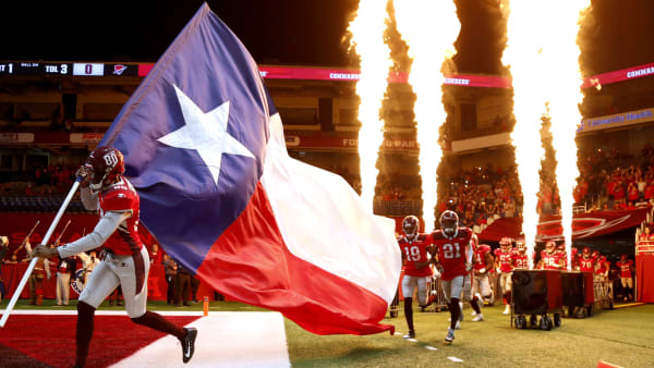 SAN ANTONIO, TEXAS - MARCH 23:  The San Antonio Commanders and the Texas flag take the field before the start of the Alliance of American Football game against the Salt Lake Stallions at Alamodome on March 23, 2019 in San Antonio, Texas. (Photo by Ronald Cortes/AAF/Getty Images)