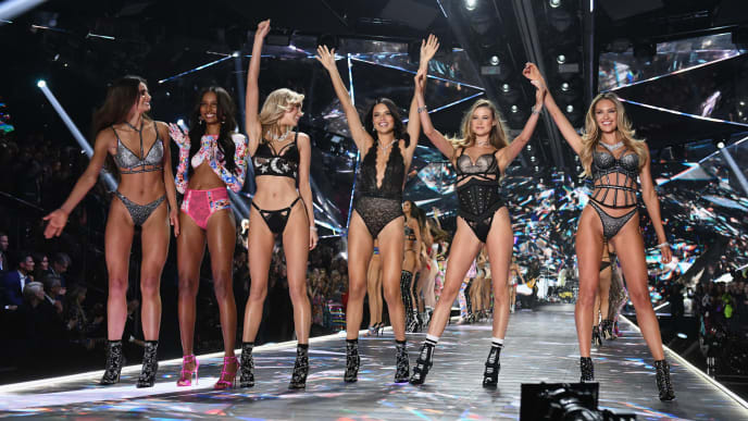 NEW YORK, NEW YORK - NOVEMBER 08: (L-R) Taylor Hill, Jasmine Tookes, Elsa Hosk, Adriana Lima, Behati Prinsloo, and Candice Swanepoel walk  the runway during the 2018 Victoria's Secret Fashion Show at Pier 94 on November 08, 2018 in New York City. (Photo by Noam Galai/Getty Images)