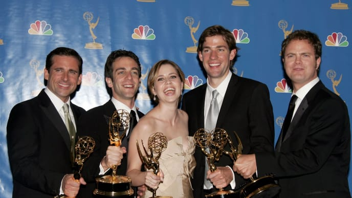 """LOS ANGELES - AUGUST 27:  Actor Steve Carell, actor B.J. Novak, actress Jenna Fischer, actor John Krasinski and actor Rainn Wilson poses in the press room after winning """"Outstanding Comedy Series"""" for """"The Office """" at the 58th Annual Primetime Emmy Awards at the Shrine Auditorium on August 27, 2006 in Los Angeles, California.  (Photo by Frazer Harrison/Getty Images)"""