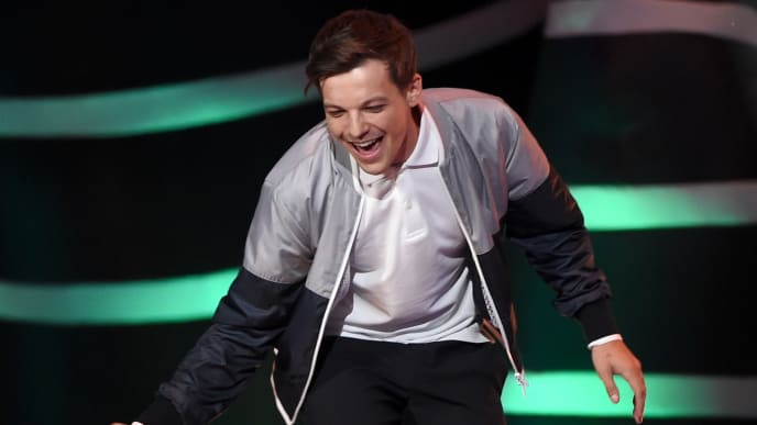 INGLEWOOD, CA - AUGUST 12:  Louis Tomlinson accepts the Choice Male Artist  award onstage during FOX's Teen Choice Awards at The Forum on August 12, 2018 in Inglewood, California.  (Photo by Kevin Winter/Getty Images)
