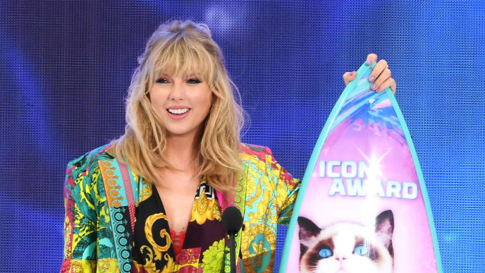 HERMOSA BEACH, CALIFORNIA - AUGUST 11: Taylor Swift accepts the Teen Choice Icon Award onstage during attends FOX's Teen Choice Awards 2019 on August 11, 2019 in Hermosa Beach, California.