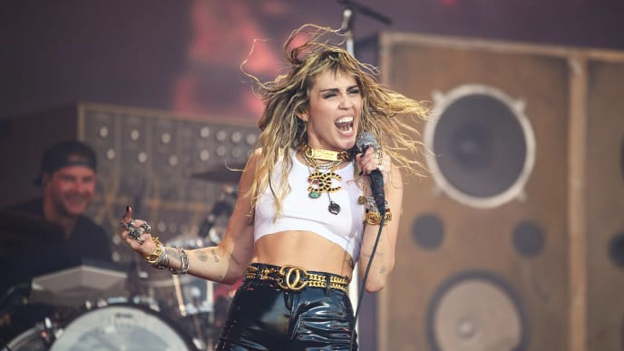 GLASTONBURY, ENGLAND - JUNE 30: Miley Cyrus performs on the Pyramid Stage on day five of Glastonbury Festival at Worthy Farm, Pilton on June 30, 2019 in Glastonbury, England. Glastonbury is the largest greenfield festival in the world, and is attended by around 175,000 people.  (Photo by Leon Neal/Getty Images)