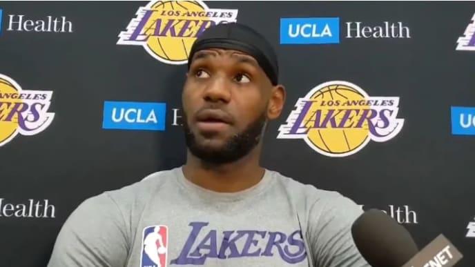 LeBron James en rueda de prensa en la que responde a periodistas sobre su potencial returo de la NBA