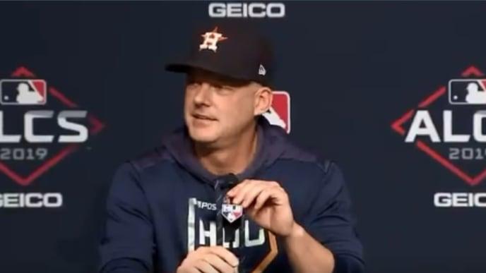 Hinch miró con asombro y se burló de los reporteros que preguntaron si los Astros robaron las señas