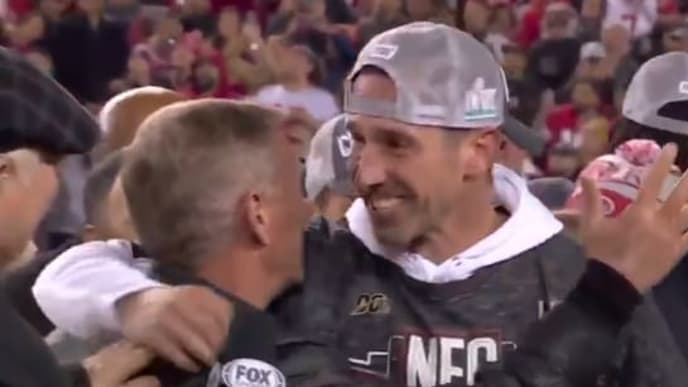 El abrazo de los Shanahan fue aplaudido por casi todos los presentes en el estadio de los 49ers